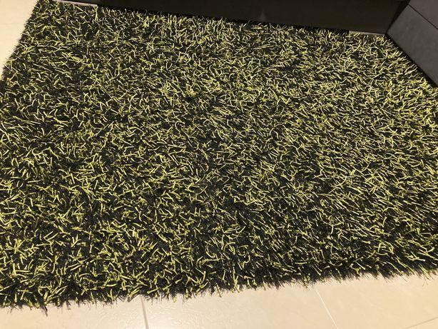 Carpete preta e verde