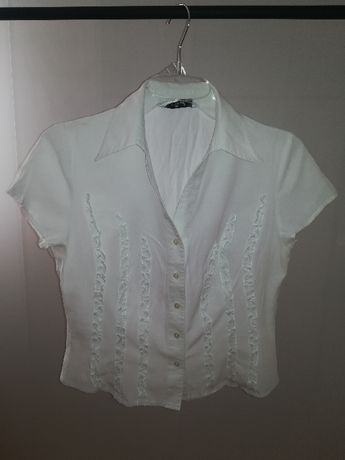 Biała koszula z subtelnymi zdobieniami