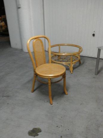 Mesas, cadeiras em bambo