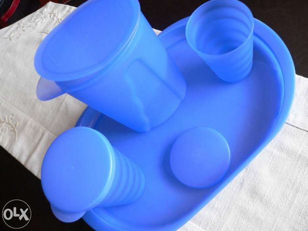 Conjunto azul de tabuleiro + jarro + 2 copos c/ tampa da tupperware no