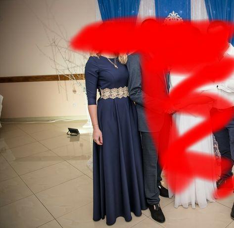 Синя довга сукня.