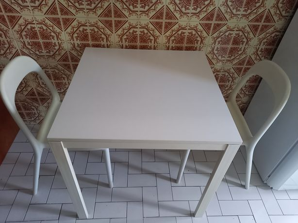 Mesa e duas cadeiras para cozinha ou jardim