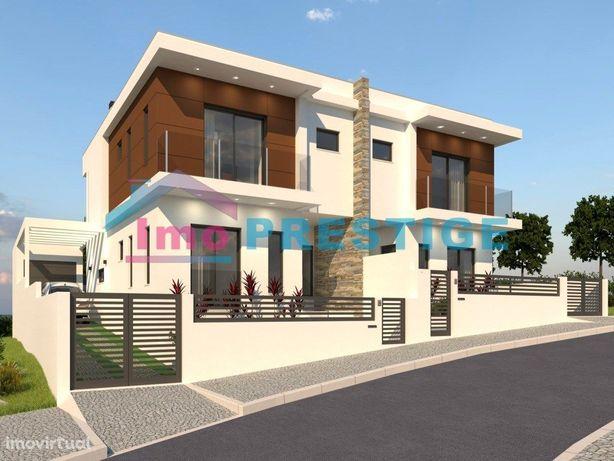 Moradia T4 Nova - Arquitetura Moderna - Garagem - Amora