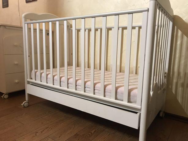 Продам Итальянскую детскую кроватку с пеленальным столиком.