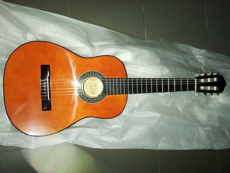 Guitarra clássica castanha 1/4 e kit para crianças