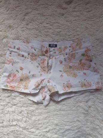 Bik Bok białe szorty w kwiaty