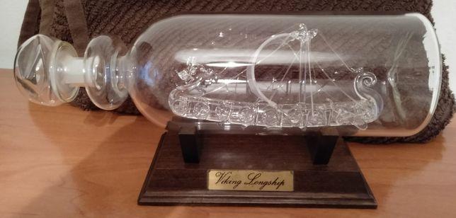 Garrafa de vidro com o Barco dos Viking no interior