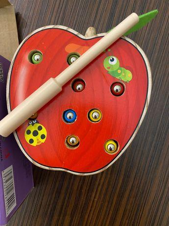 Яблоко игра от 9 месяцев Поймай червячка магнит