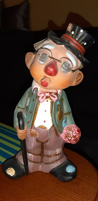 Figurka ceramiczna Pan z bukietem w okularach