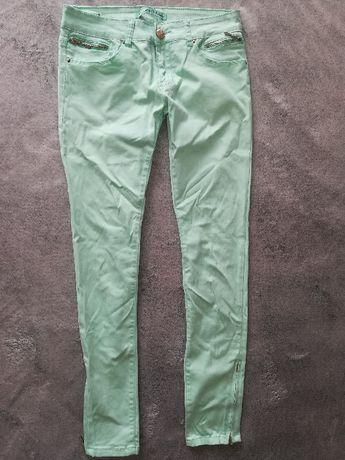 Miętowe spodnie ze złotymi elementami