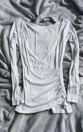 Biała, obcisła bluzeczka z długim rękawem, głęboki, zakładany dekolt