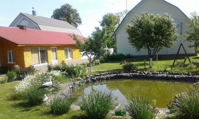Большой, ухоженный дом с красивым двором и прудом.