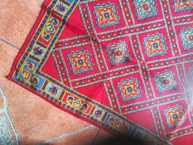 Antigos lenços muito bonitos e sem praticamente sem uso
