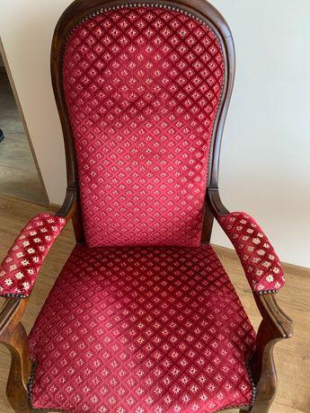 Stylowy fotel - drewniane wykończenia