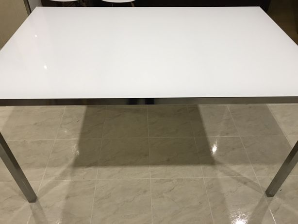 Mesa em vidro - Ikea