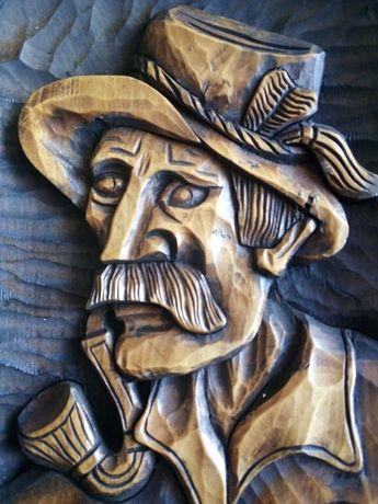 Płaskorzeźba myśliwy drewno monolit 43x24
