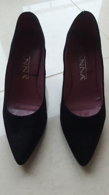 Sapatos de salto alto em bico
