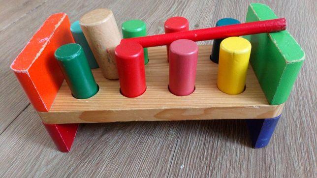 Drewniana zabawka dla malucha, wbijanie gwoździ