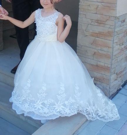 Zjawiskowa sukienka z trenem r. 116
