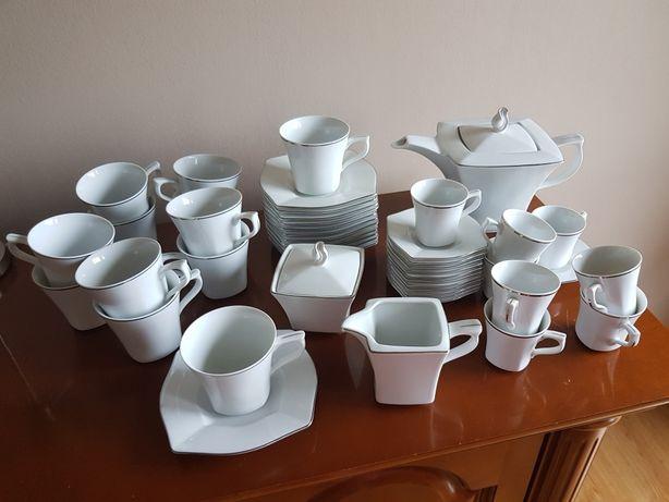 Porcelana Ćmielów Zestaw kawowy na 12 osób Lwów.  Biały ze srebrem