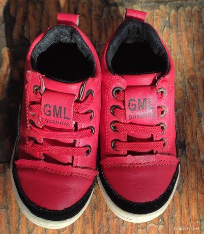 Кроссовки почти новые и очень красивые.