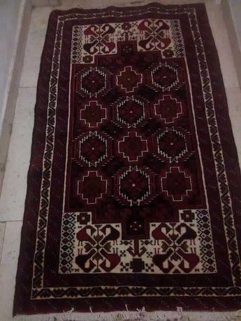 Carpete vermelho escuro