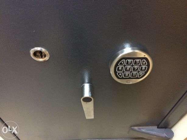 Продаю б.у сейф 5 класс защиты(код+ключ)