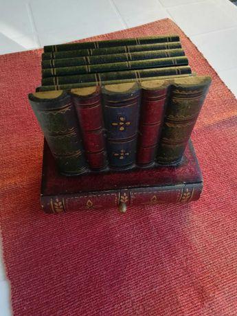 Base para copos em formato livro