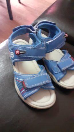Sandalias de menino em bom estado