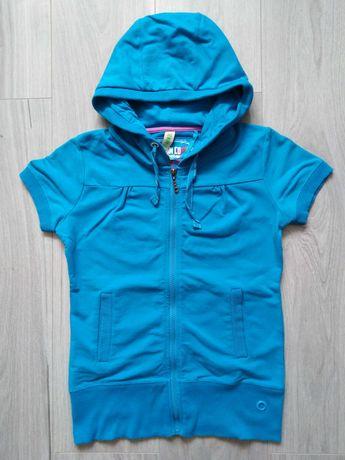 Niebieska bluza, kamizelka z kapturem