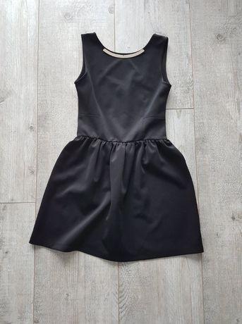 czarna klasyczna sukienka ze złotym zdobieniem