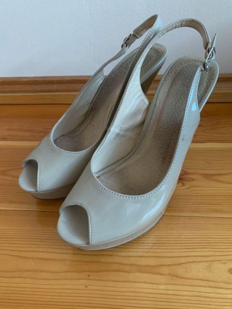Szpilki sandały beżowe lakierowane, stan bardzo dobry