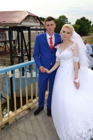 Свадебное платье очень красивое)