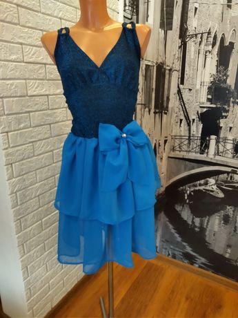Sukienka krótka elegancka na ramiona niebieska falbana