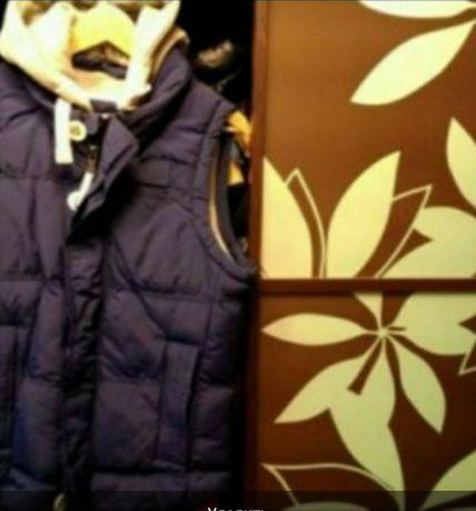 фирменный жилет безрукавка на позднюю осень с подкладкой и капюшоном