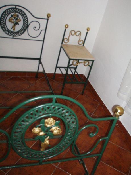 cama de ferro com mesa de cabeceira e candiero de teto