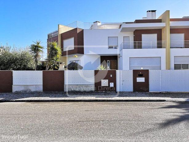 Moradia V4 com 3 Suites e Piscina na Vila Chã no Barreiro