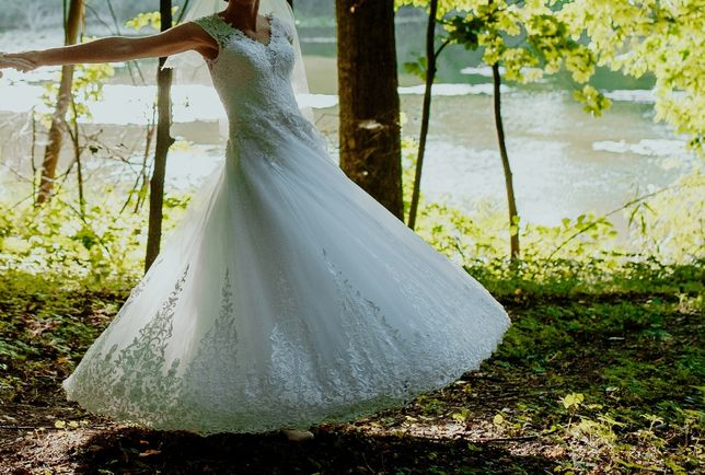 Suknia ślubna śnieżnobiała, princeska, koronki, welon, koło