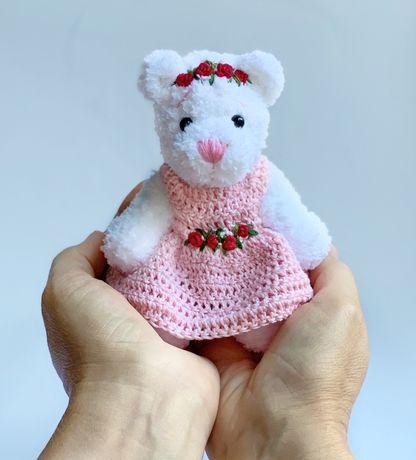 Игрушка ручной работы вязаный мишка тедди в платье