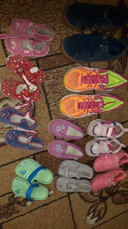 Віддам безкоштовно дитяче взуття та жіноче