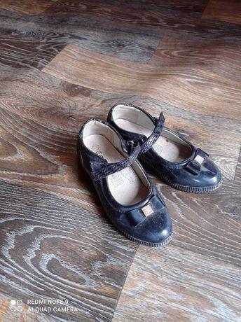 Продам детские туфли лаковые