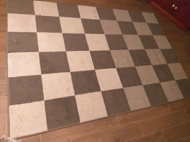Carpete cinzenta e cru