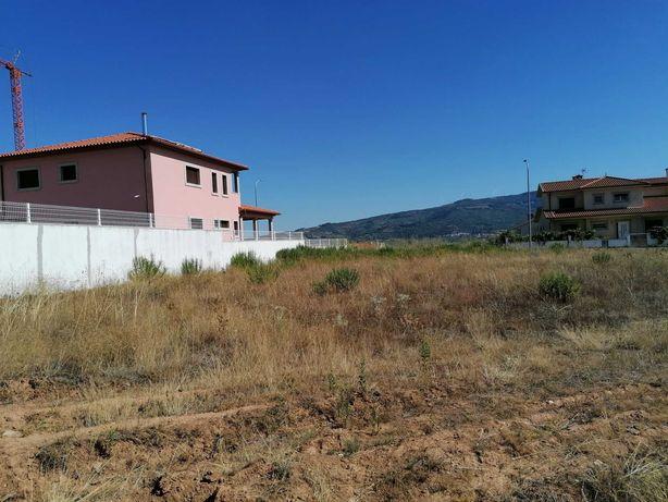 Terreno com 800 m2 e vista para a Serra de Bornes