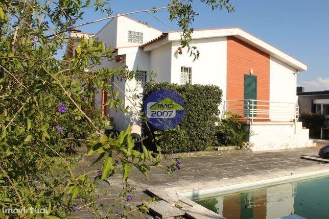 Moradia 4 frentes com piscina Esmoriz