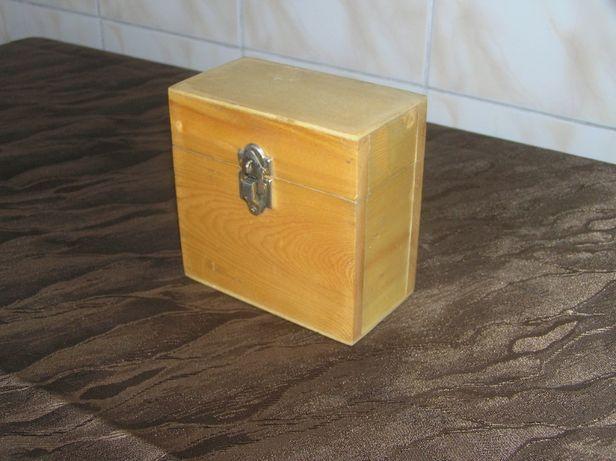 Stary drewniany kuferek na biżuterię lub szpargały