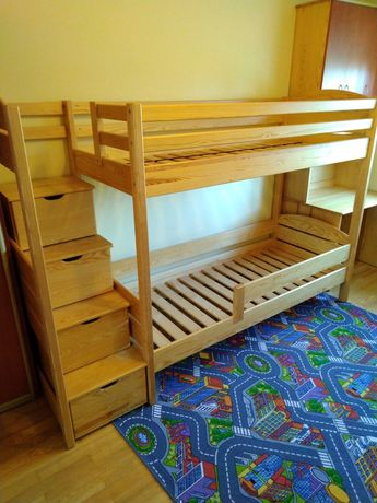 Łóżko piętrowe z litego drewna ze schodami