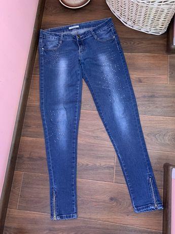 Стрейчевые джинсы размер M со стразами