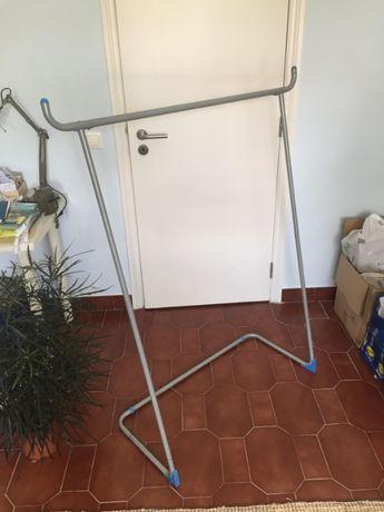 Cabide vertical para apoio em lavandaria ou engomadoria