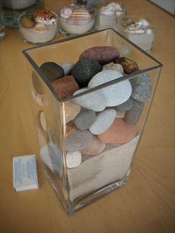 Piasek morski i kamienie w szkle. Wys. 22 cm, dł. 10 cm, szer. 8 cm.
