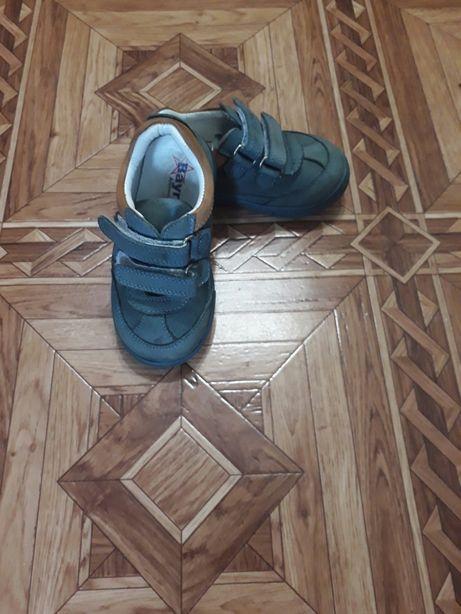 Кроссовки демисезонные.кожа.размер 23